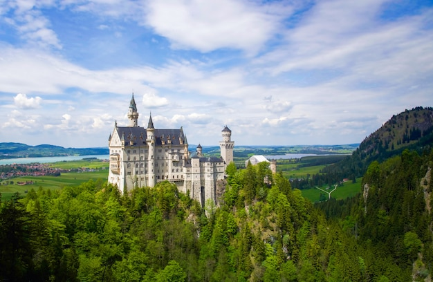 Neuschwanstein castle ist ein romanischer revival-palast aus dem 19. jahrhundert auf einem schroffen hügel