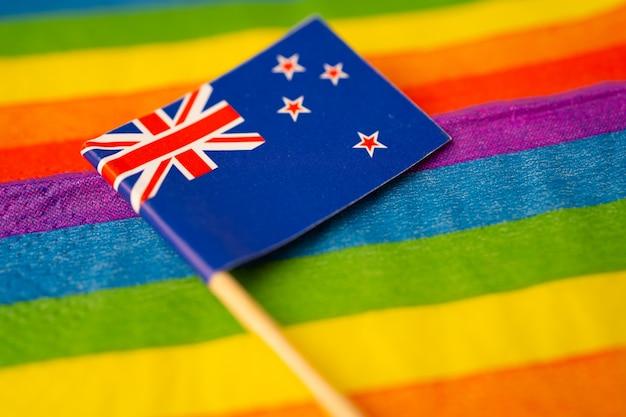 Neuseeländische flagge auf regenbogensymbol des lgbt-schwulenstolzmonats.