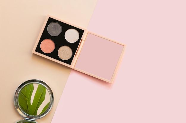 Neutrale lidschatten-palette auf einer beige und rosa farbe
