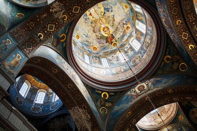 New athos, abchasien georgien wunderschönes interieur und dunkel bemalte fresken des orthodoxen klosters novy afon in abchasien
