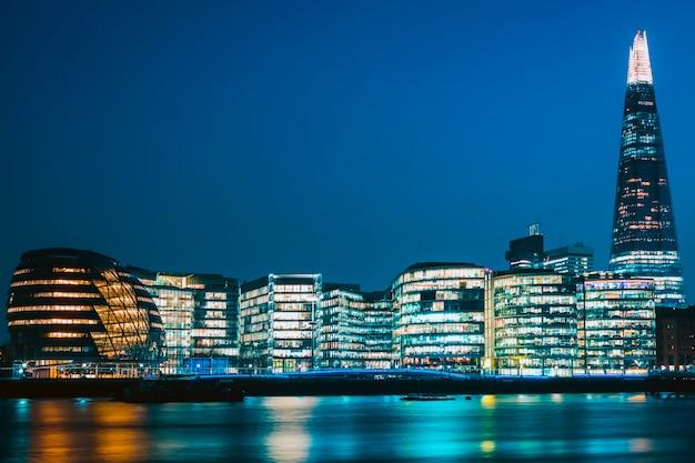 New london rathaus in der nacht.