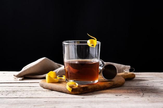 New orleans sazerac-cocktail auf holztisch