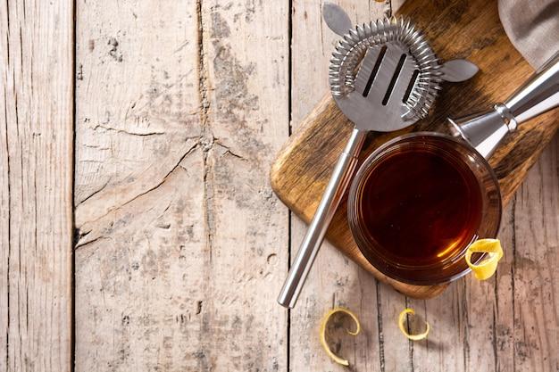 New orleans sazerac-cocktail auf rustikalem holztisch