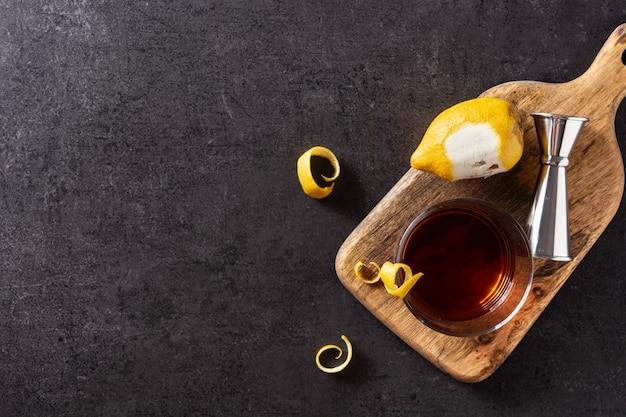 New orleans sazerac-cocktail auf schwarzem hintergrund
