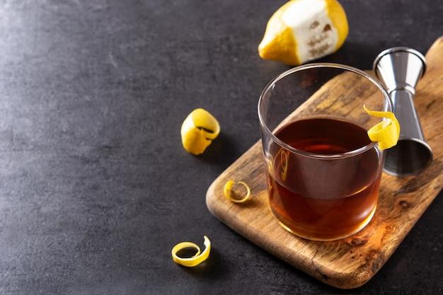 New orleans sazerac-cocktail auf schwarzem schieferhintergrund