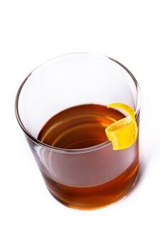 New orleans sazerac-cocktail isoliert auf weißem hintergrund