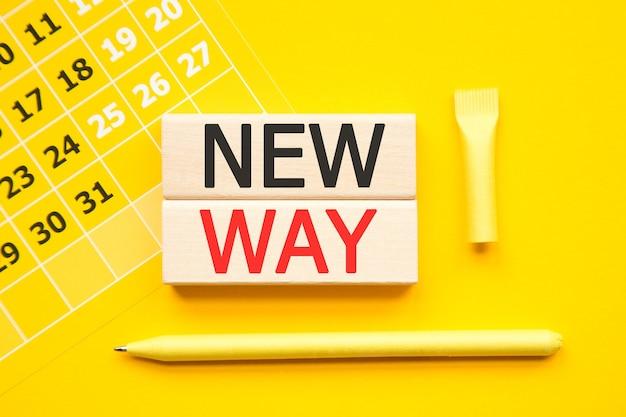 New way inschrift auf cubes, abstrakter kalender, gelber stift auf gelb