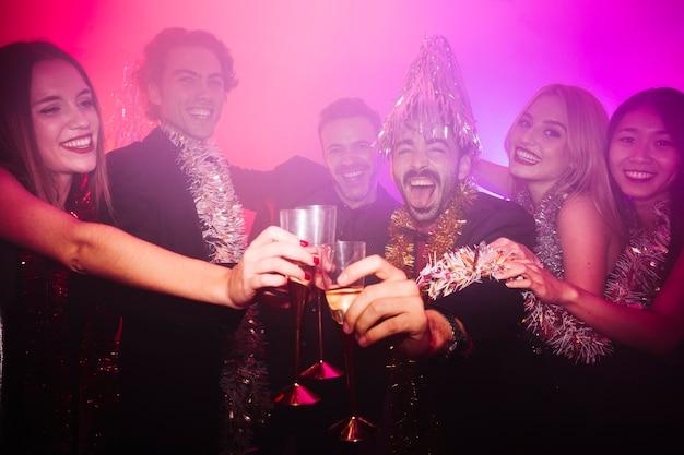 New year club party mit einer gruppe von menschen