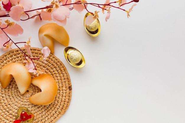 New year fortune cookies und blumen draufsicht