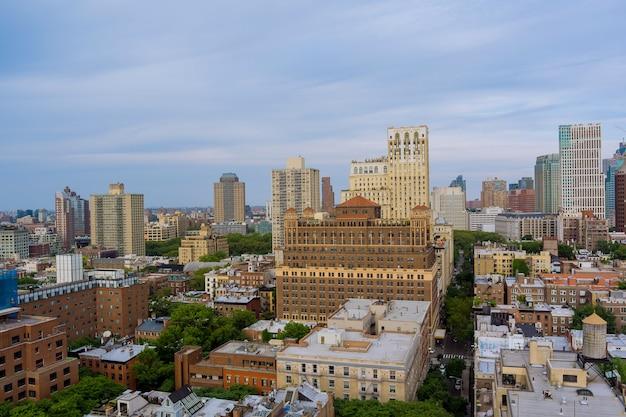 New york city brooklyn skyline luftpanoramablick mit straße, wolkenkratzern