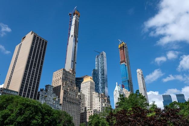 New york city manhattan skyline panorama vom central park mit wolke und blauem himmel gesehen