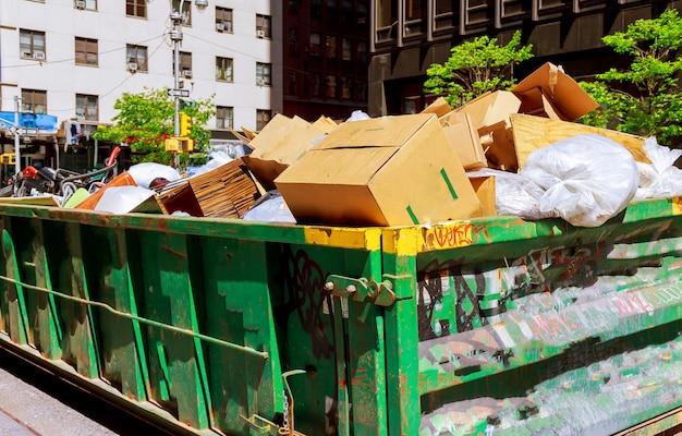 New york city manhattan über den flüssigen müllcontainern, die mit abfall voll sind