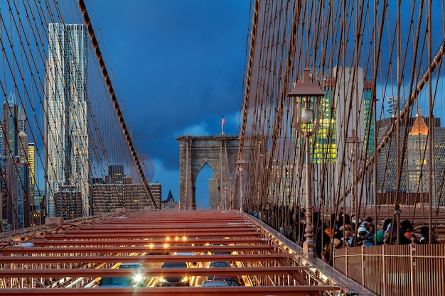 New york city - schöner sonnenuntergang über manhattan mit und brooklyn bridge