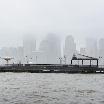 New york city skyline an einem regnerischen tag