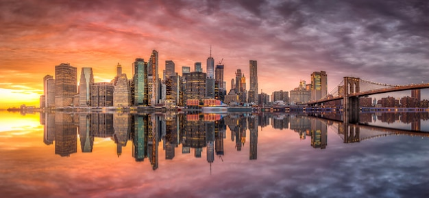 New york city skyline mit wolkenkratzern bei sonnenuntergang
