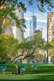 New york city wolkenkratzer vom battery park durch die bäume