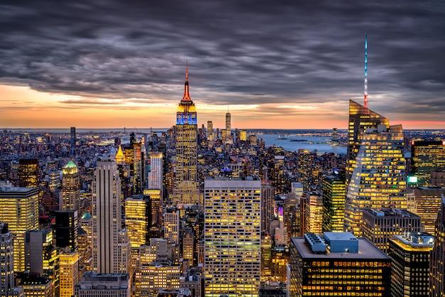 New york skyline bei sonnenuntergang mit wolken
