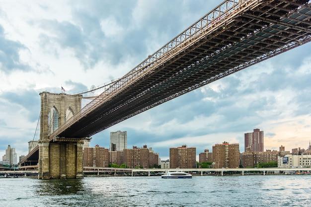 New york skyline mit brooklyn bridge