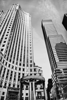 New york, usa - 1. juni 2014: schwarzweiss-bild der modernen architektur manhattans. manhattan ist der am dichtesten besiedelte der fünf bezirke von new york city