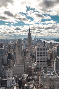 New york, usa spitze des felsens in new york, schöner blick auf das empire state building