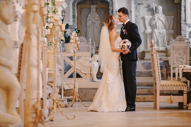 Newlyweds kissing in der kirche