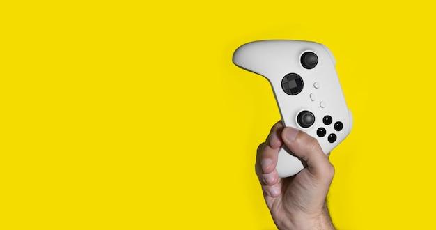 Next gen game controller auf mans händen auf gelb