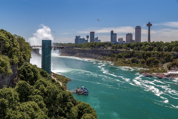 Niagara falls mit blick auf den niagara river aussichtsturm das deck mit touristen