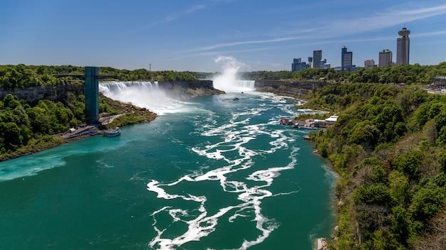 Niagarafälle mit blick auf die aussichtsturmplattform des niagara-flusses mit touristen