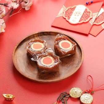Nian gao auch niangao ein süßer reiskuchen, ein beliebtes dessert, das während des chinesischen neujahrs gegessen wird. es wurde ursprünglich als opfergabe bei rituellen zeremonien verwendet. chinesisches schriftzeichen bedeutet glück