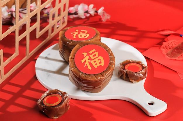 Nian gao auch niangao ein süßer reiskuchen, ein beliebtes dessert, das während des chinesischen neujahrs gegessen wird. es wurde ursprünglich als opfergabe bei rituellen zeremonien verwendet