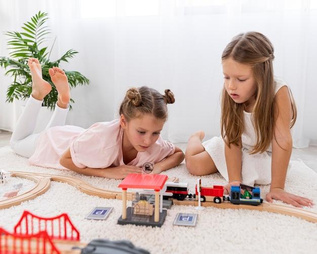 Nicht-binäre kinder, die mit autos spielen, spielen drinnen