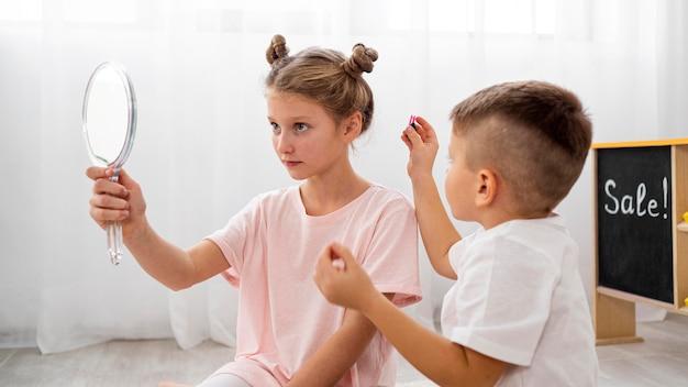 Nicht binäre kinder, die zusammen ein schönheitssalonspiel spielen