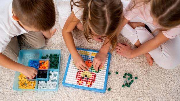 Nicht binäre kinder, die zusammen spielen