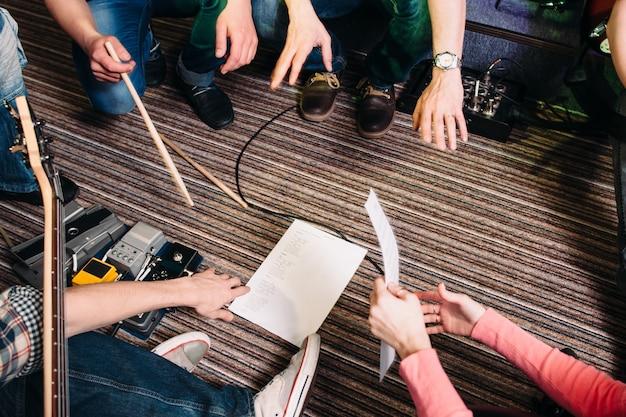 Nicht erkennbare musiker diskutieren über performance