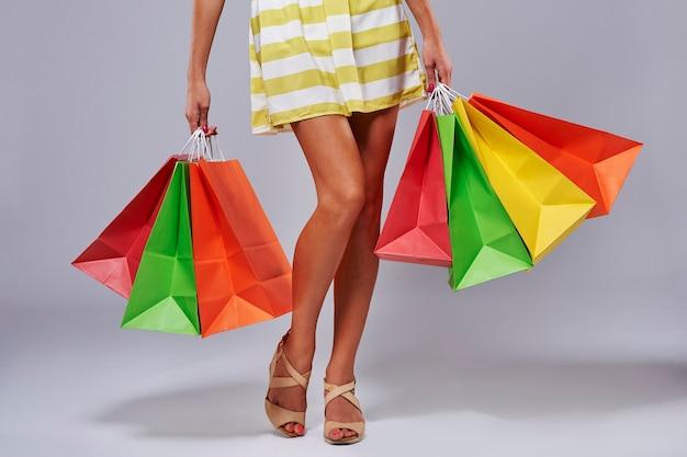 Nicht erkennbare person mit einkaufstüten aus papier