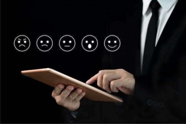 Nicht erkennbarer geschäftsmann, der auf die höchste zufriedenheitsbewertung, exzellenz in geschäft und service zeigt.