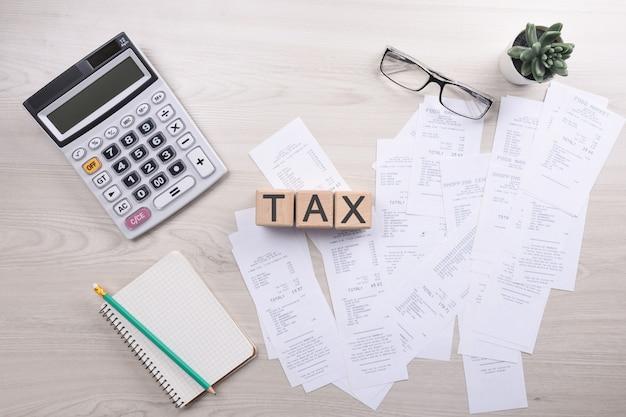 Nicht erkennbarer geschäftsmann, der taschenrechner auf schreibtischbüro und schreiben verwendet, notieren mit berechnen über kosten zu hause büro.