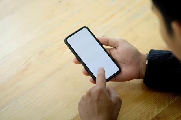 Nicht erkennbarer geschäftsmann unter verwendung eines mobiltelefons
