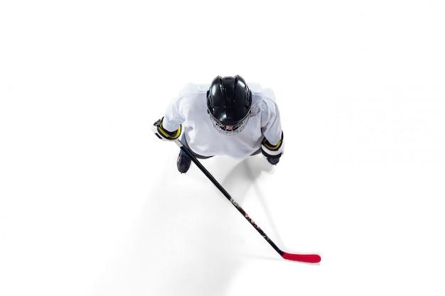 Nicht erkennbarer männlicher hockeyspieler mit dem stock auf dem eisplatz