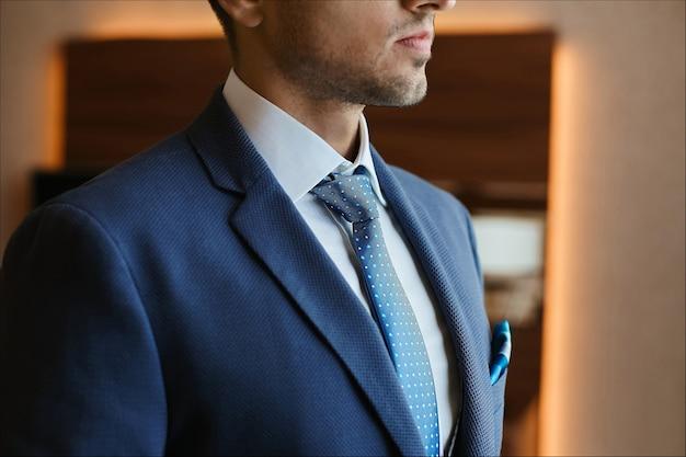 Nicht erkennbarer mann in blauer krawatte und formellem blauem anzug