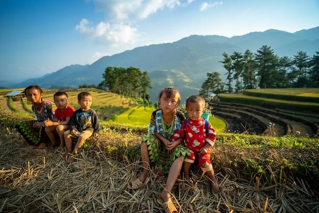 Nicht identifizierte ethnische hmong-minderheitskinder spielen in der ländlichen gegend von sa pa nordvietnam nahe der grenze zu china