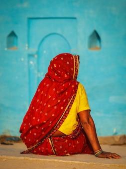 Nicht identifizierte indische landfrau im traditionellen sari