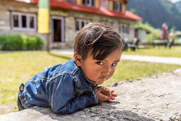 Nicht identifizierte sherpa-jungen in lukla, everest region, nepal.