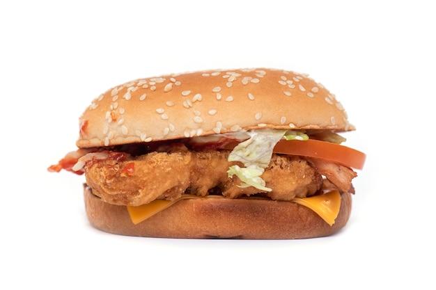 Nicht köstlicher hamburger mit fettem fleisch und käse als schnellimbiß lokalisiert auf weißem hintergrund