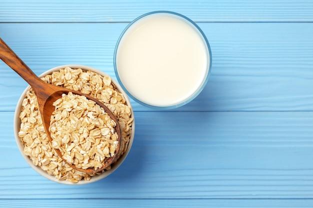 Nicht-milch-hafermilch und haferflocken in der schüssel, draufsicht