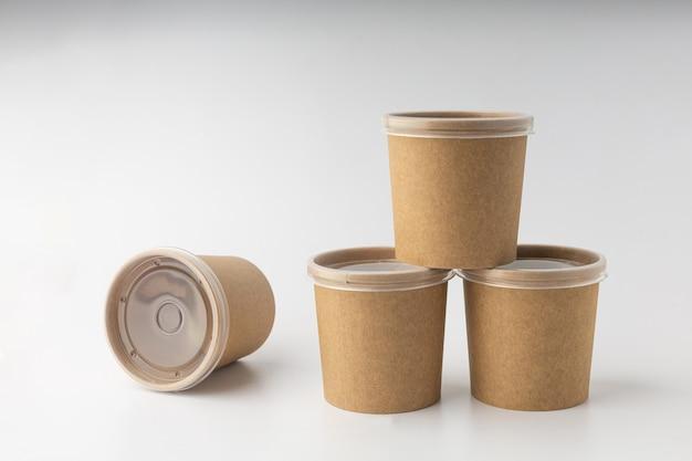 Nicht-plastikbecher für suppenlieferung auf weißem hintergrund