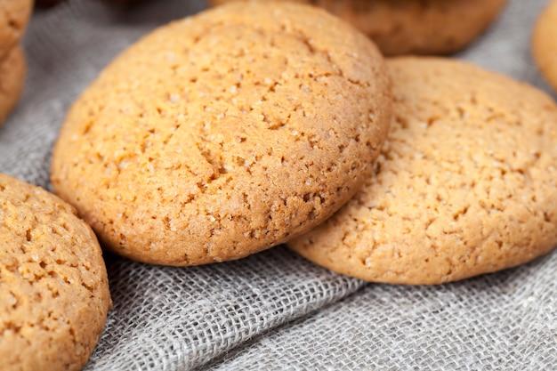 Nicht sehr süße trockene und knusprige kekse, poröse kekse mit haferflocken gebacken, nahaufnahme von haferkeksen, die nicht sehr kalorienreich sind