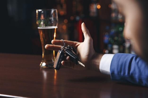 Nicht trinken und fahren abgeschnittenes bild eines betrunkenen mannes, der autoschlüssel spricht talking