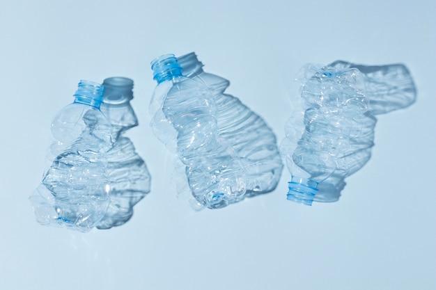 Nicht umweltfreundliche anordnung von kunststoffgegenständen
