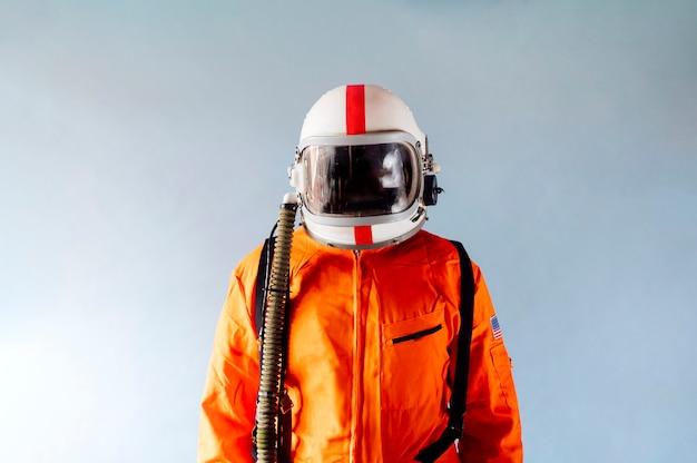 Nicht wiederzuerkennender mann im orangefarbenen astronautenanzug